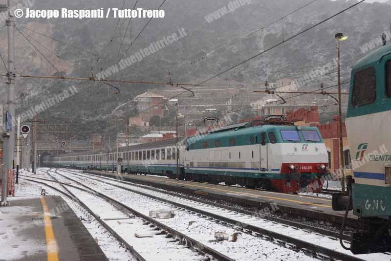 E444_102-IC745VentimigliaMilanoCentrale+E656_437-IC660MilanoCentraleVentimiglia-FinaleLigure-2013-02-11-JacopoRaspanti-wwwduegieditriceit-WEB