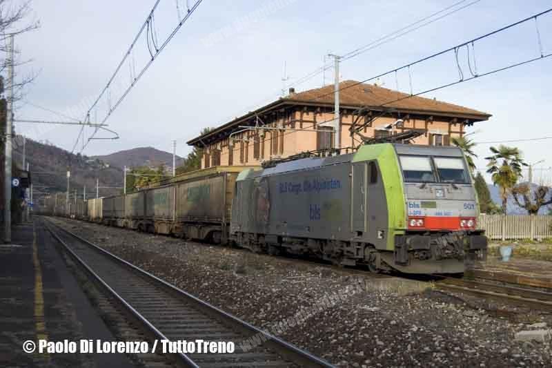 BLS-Cargo-serviceSerFer-E486_501-Treno_merci_containers_Ambrogio-Linea_Sempione-Meina-2011-12-13-DiLorenzoP-DSC_2788-wwwduegieditriceit-WEB