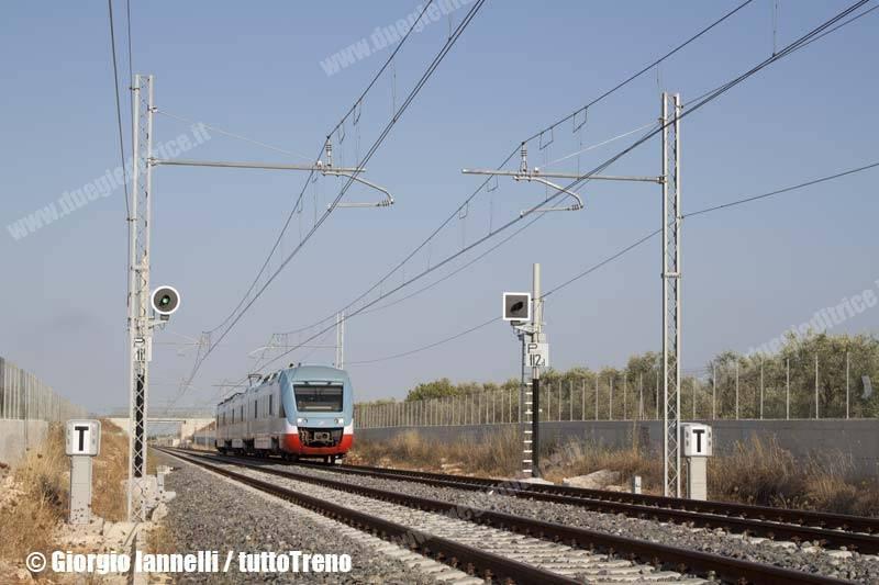 FT-ELT_206-trenoET1230BariCentraleBitonto-pressoBitontoSanCataldo-lineaBitontoAeroportoBari-2013-07-15-IannelliGiorgio-01_wwwduegieditriceit