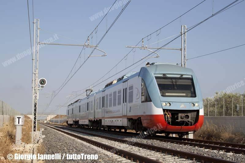 FT-ELT_206-trenoET1230BariCentraleBitonto-pressoBitontoSanCataldo-lineaBitontoAeroportoBari-2013-07-15-IannelliGiorgio-04_wwwduegieditriceit