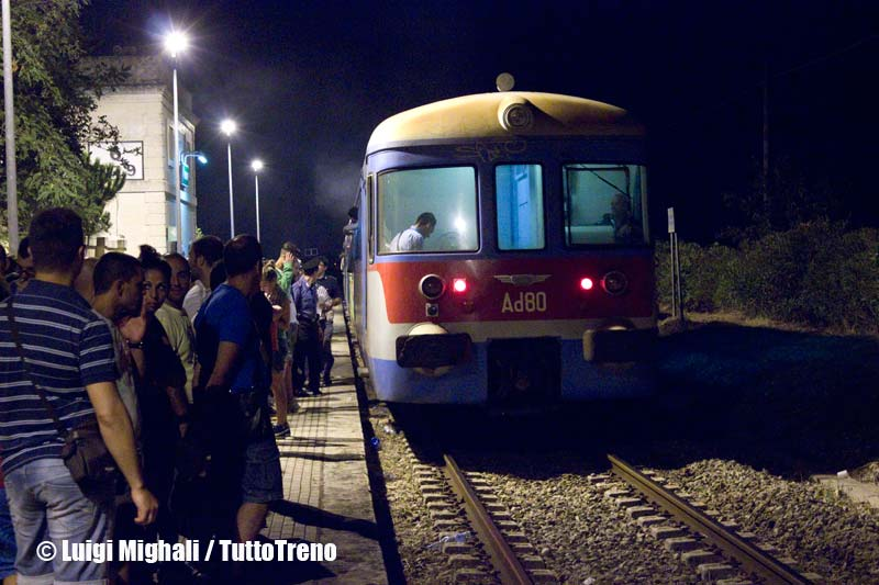 FSE-Ad75+R553+Ad80-FrontaleAd80PartenzaPerOtranto-NotteTaranta2013-StazioneMelpignano-2013-08-24-MighaliL-wwwduegieditriceit-WEB