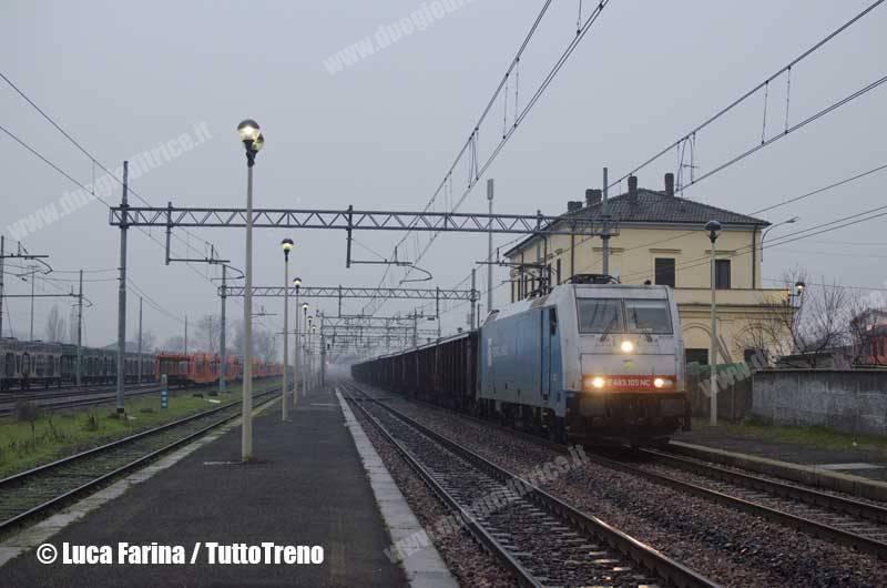Nordcargo-E483_105-MRS74893_DomoII_ReggioEmilia-deviato-interruzioneCodogno-Linea_Alessandria_Piacenza-ArenaPo-2014-02-08-FarinaLuca-DSC_3077-wwwduegieditriceit-WEB