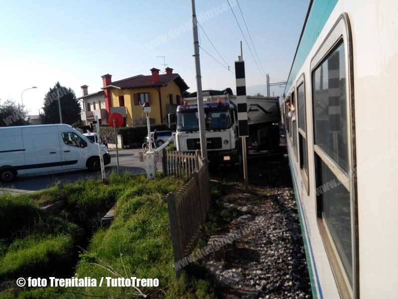 RFI-IncidenteTreno-Camion-PL-CastellodiGodego-2014-03-12-fototrenitalia-wwwduegieditriceit-IMG_20140312_153349