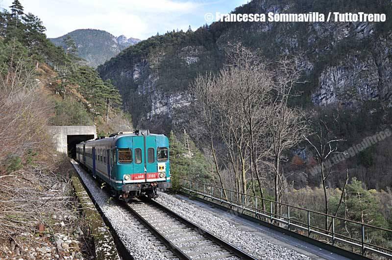 Aln668_3xxx-Treno_Regionale_5747-Calalzo_PC_Ponte_Nelle_Alpi-uscita_Lato_Ospitale_Galleria_Ciuapa_Ventosa_2012-11-25-FrancescaSommavilla-wwwduegieditriceit-WEB
