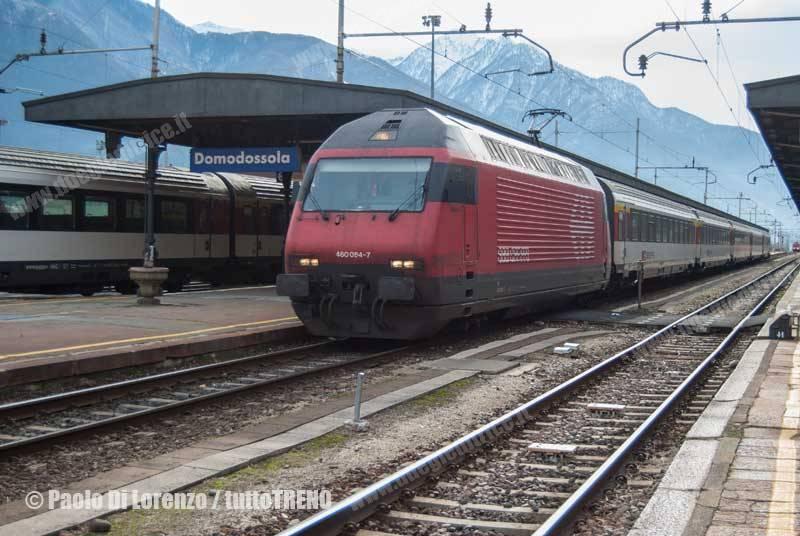 SBB-Re460_084-7-Titolare_di_un_treno_diretto_Domodossola_Berna_in_partenza_da-Domodossola-2010-11-27-DiLorenzoP-DSC_1640-wwwduegieditriceit-WEB