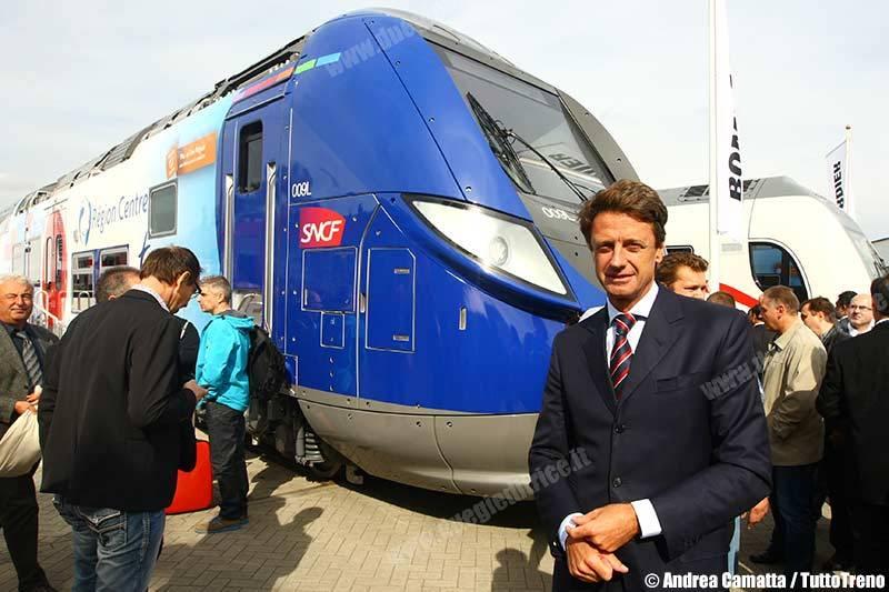 l'AD Luigi Corradi davanti al treno Omneo di Bombardier per SNCF
