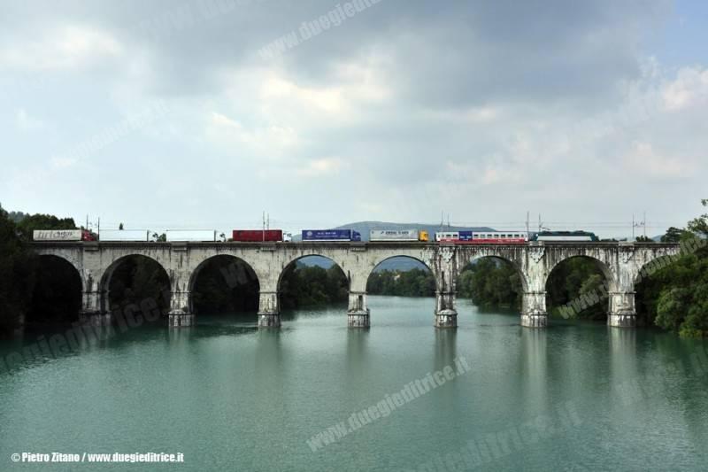 E405_xxx_RoLa_autostradaviaggiante_treno43255TarvisioTriesteCM_lineaUdineTarvisio_TricesimoSP_2010_06_27_ZitanoP_wwwduegieditriceit