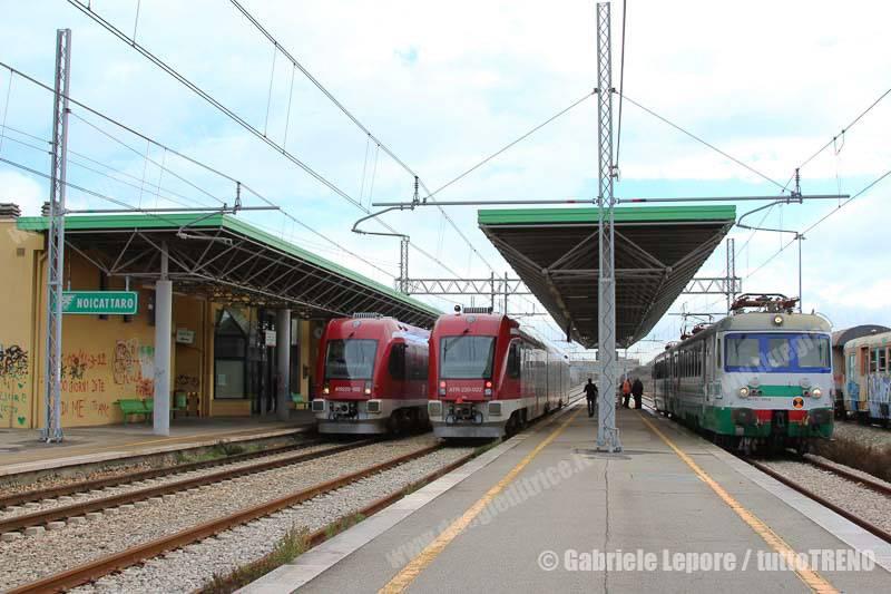 FSE-ATR220_002_e_022-ALe125_502_e_504_EAV-Noicattaro-2015-11-27-Lepore_Gabriele-IMG_6419_tuttoTRENO_wwwduegieditriceit