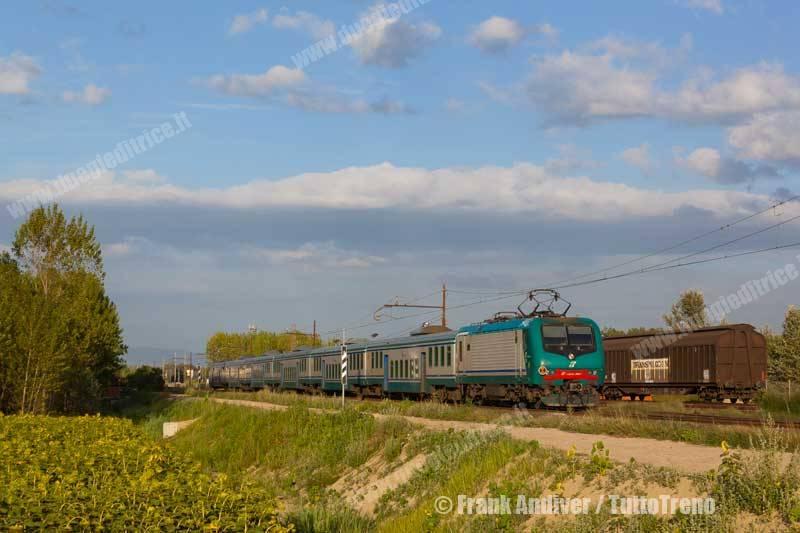 E464_357+carrozze_piano_ribassato-Porcari--LINEA_PISTOIA_LUCCA-Porcari-2011-07-18-FrankAndiver_tuttoTRENO_wwwduegieditriceit-IMG_4821