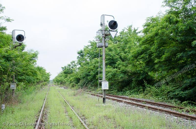 RFI-Binari_di_transito_e_incrocio_precedenza_lato_Santhia_-Linea