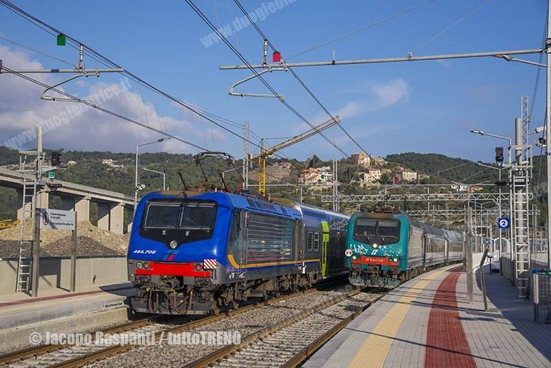 E464_706-NCLS98005ImperiaAndora+E464_315-R11348GenovaBrignoleVentimiglia-Andora(New)-2016-12-11-JacopoRaspanti_RXJ7159_tuttoTRENO_wwwduegieditriceit