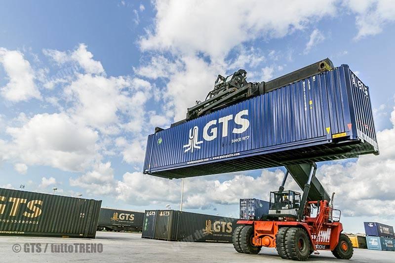 GTS-movimentazione_TEU_Containers-Bari-FotoGTS_tuttoTRENO_wwwduegieditriceit