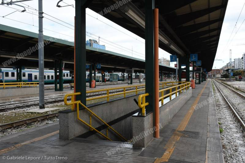 FS-stazione_Bari_Centrale-sottopasso_giallo-2018-01-21-Lepore_Gabriele-DSC_3739_tuttoTRENO_wwwduegieditriceit