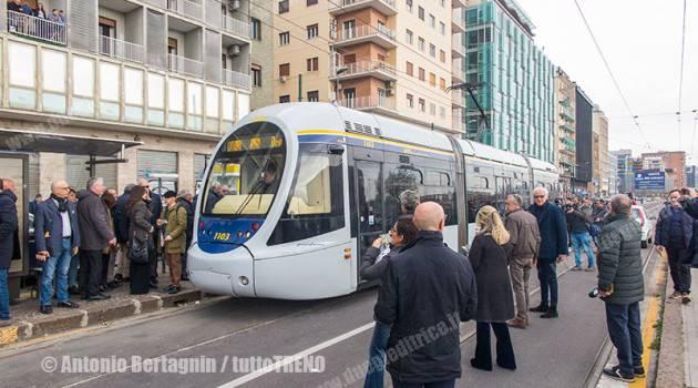 Il tram torna a circolare a Napoli dopo 4 anni