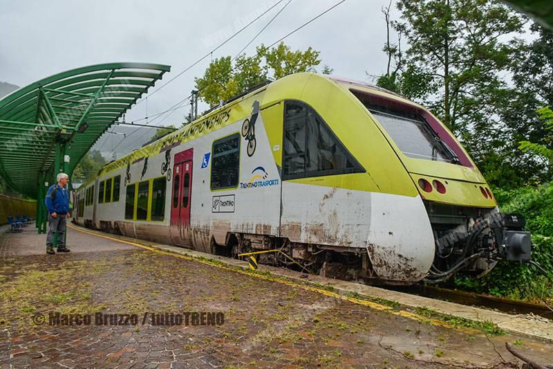 L'ETi 408 coinvolto nello smottamento tra la stazione di Cles e la fermata di Cles Scolastica la mattina di domenica 30 agosto scorso. (Foto Marco Bruzzo / tuttoTRENO)