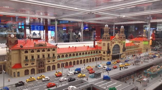 In stazione a Praga il modello Lego del fabbricato